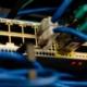 Switches & Router mit angeschlossenen Kabeln